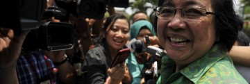 Mantan Sekjen DPD Siti Nurbaya (kanan) menjawab pertanyaan wartawan seusai dipanggil Presiden Joko Widodo di Kompleks Istana Kepresidenan Jakarta, Rabu (22/10)