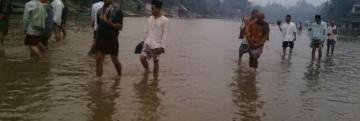Debit air Sungai Mentaya di Kecamatan Antang Kalang mengalami kekeringan dan surut. Tampak warga menyeberangi sungai dengan berjalan kaki untuk melaksanakan salat Jumat, (10/10) lalu. (Ekuatorial/Maturidi)