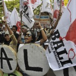 Sejumlah pengunjuk rasa meneriakkan yel-yel untuk menolak rencana revitalisasi Teluk Benoa saat aksi unjuk rasa tolak reklamasi di depan Kantor Gubernur Bali, Denpasar, Selasa (4/11).