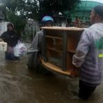 evakuasi barang banjir aceh