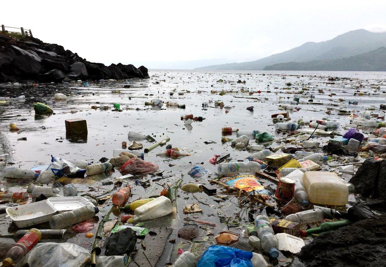 Sampah di perairan Toboko, Maluku Utara (7/5/2021)