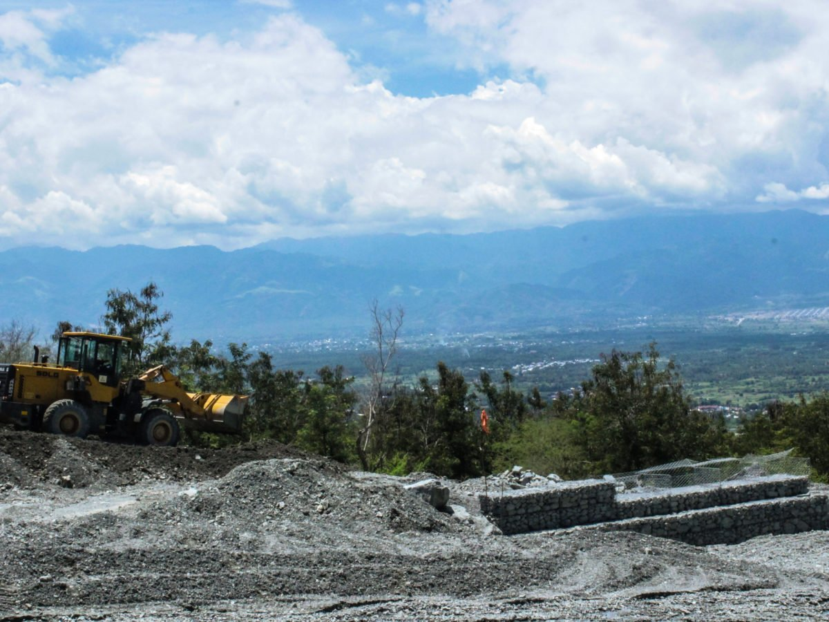 Pekerja sedang membangun bronjong di pegunungan Desa Beka