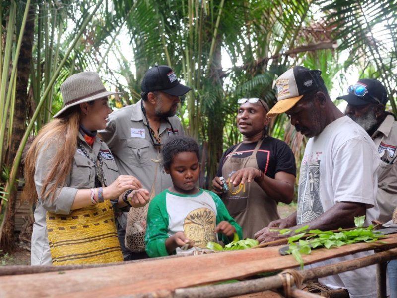 Charles Toto mengenalkan kuliner Papua kepada tim Alenia's Journey Undercover Papua.