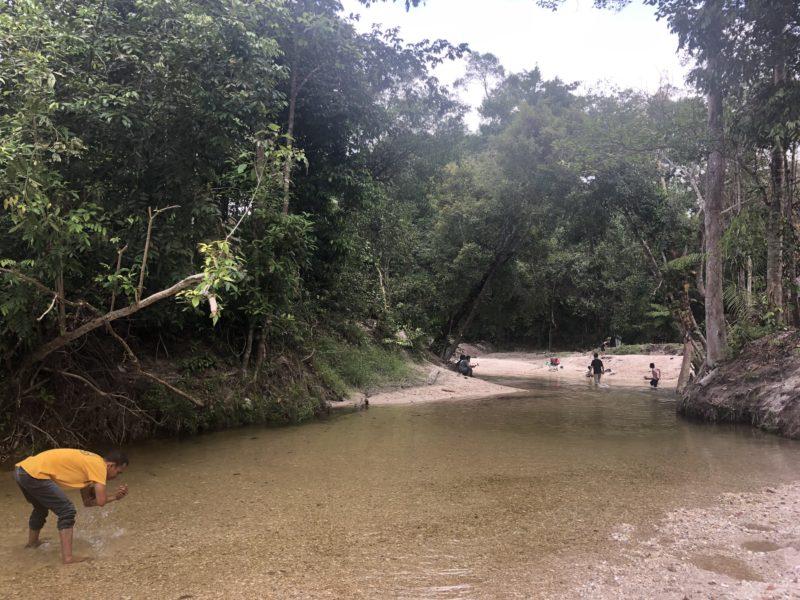 Sungai Emas yang jadi daya tarik bagi pengunjung Hutan Adat Imbo Putui